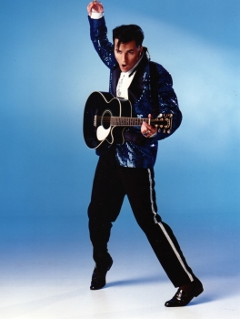 Luoston illassa Elvis show Karhussa