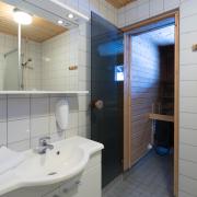 luostotunturi-log-cabins-bathroom